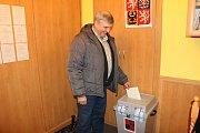 V Konětopech přicházeli lidé k volbám v dobré pohodě.