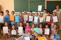 Prvňáčky z 1. D pod vedením třídní učitelky Ivy Horákové (zcela vpravo) nejvíc bavil tělocvik a plavání. Líbila se jim ale i hudební výchova nebo to, že se naučili číst a psát.