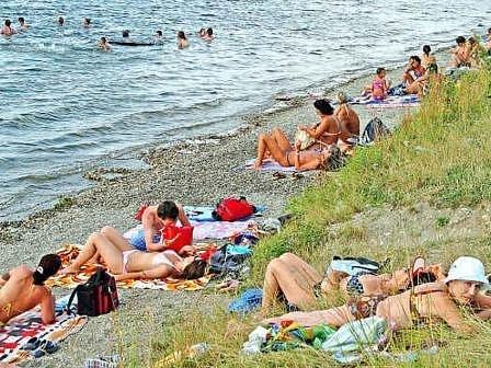 S ROZVAHOU  Parkování vozidel daleko od pláží není žádnou výjimkou. Lidé by ale měli vyhledávat dobře viditelná místa, která zloděje od krádeží odradí. Hledání osamoceného místa pod stromem by se mohlo majiteli nevyplatit.