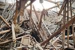 Propadnutí střechy nestabilní budovy v Mělnickém Vtelnu.