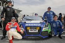 TOMÁŠ PEKAŘ (vlevo nahoře) s posádkou, se kterou absolvoval vytrvalostní závod v Dubaji.