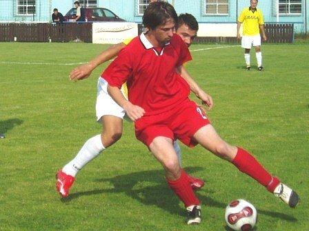 Souboj střelce úvodního gólu hostů Hejduka s jedním z domácích obránců.