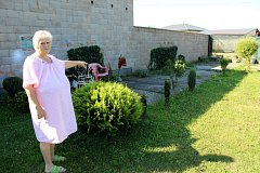 Jana Šrámková ukazuje na místo, kde před patnácti lety stával jejich původní dům.
