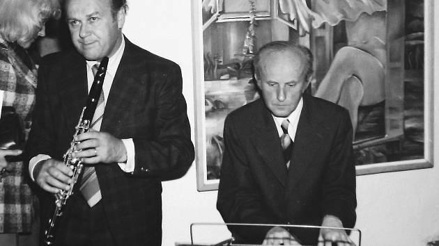 Mělník - Galerie ve věži. Vernisáž výstavy Vl. Veselého v roce 1981 za doprovodu hudebníků, M. Kraus za klávesami.