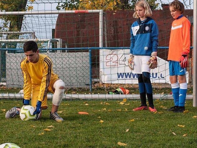 Mladí gólmani během jednoho zpodzimních tréninků Brankářské školy Daniela Zítky na hřišti ve Zvoli uPrahy.