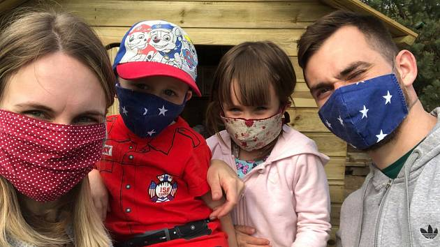 Musíme být obezřetní, říká s souvislosti s šířením nového koronaviru fotbalista Stanislav Klobása. Na snímku s manželkou Kristýnou , synem Standou a dcerou Emou.