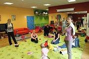 Mělničtí strážníci vyučovali mladé maminky v rodinném centru Chloumek sebeobranu.