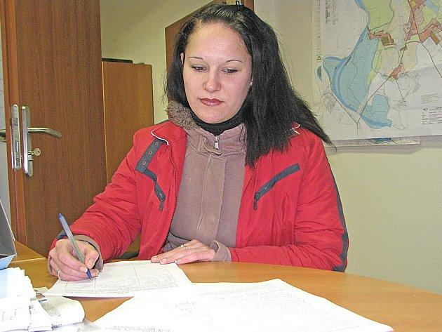 Petici proti rušení autobusů podepsala ve Klích i Zuzana Stachová, která jezdí do Prahy navštěvovat rodinu