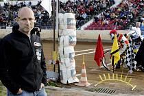 Extraligu družstev v ploché dráze mezi Zlatou přilbou Pardubice a PDK Mšeno na pardubickém plochodrážním stadionu poctil svojí návštěvou Daniel Landa, aby podpořil Martina Vaculíka.