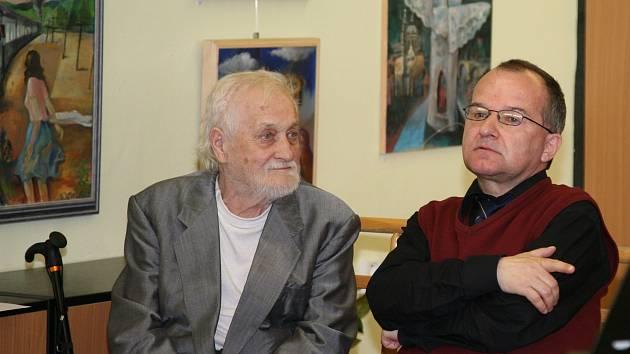 Výstavou ve Státním okresním archivu v Mělníku slaví Vladimír Veselý své letošní jubileum (na snímku s ředitelem archivu Daliborem Státníkem).