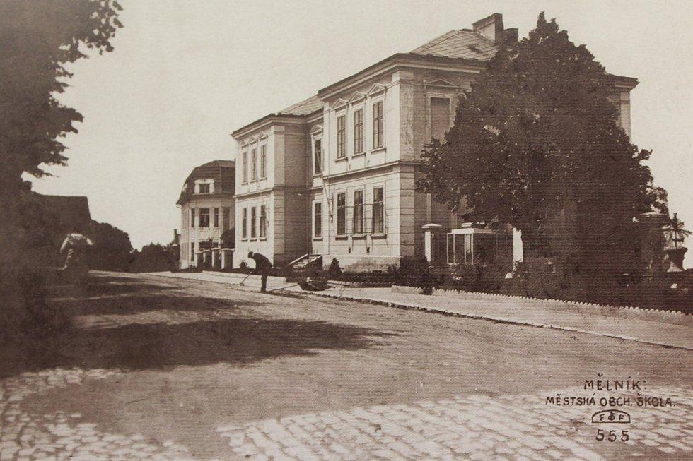 Na fotografii z roku 1915 je zachycena budova Městské obchodní školy v Tyršově ulici; škola zde sídlila od roku 1896.