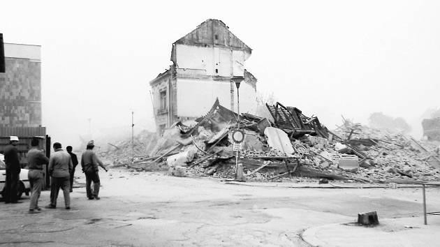 Trosky obytného domu po odstřelu na rohu Fibichovy ulice.