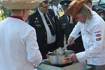 Prosluněný den ve městě Veltrusy začal vůní smažené cibulky a masa.