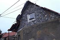 Hasiči po vichru 13. března 2021 odstraňovali také uvolněné střešní krytiny.