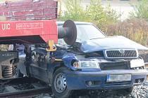 Ranní nehoda vlaku a škodovky na železničním přejezdu.