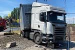 Na železničním přejezdu v Mělníce uvázl nákladní automobil.