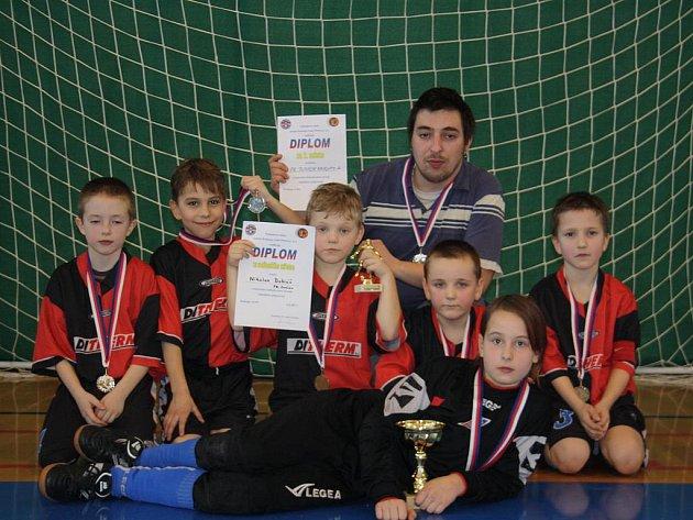 Mladší přípravka FK Junior Kralupy obsadila na domácím turnaji druhé místo.