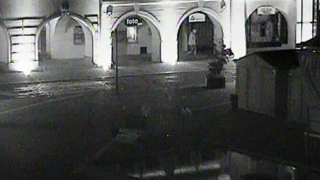 Kriminalisté hledají svědky, kteří by mohli útočníka identifikovat nebo napadení ženy viděli.