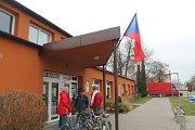 V Lužci nad Vltavou se volby konají ve zdejším kulturním domě.  O kandidátech na funkci hlavy státu se živě diskutuje.