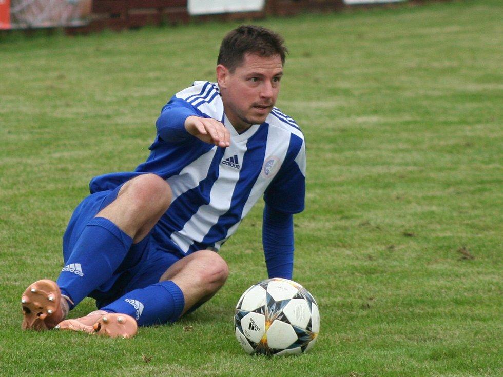Fotbalisté mělnické Pšovky (v modrém) porazili ve druhém kole I. A třídy Čelákovice 1:0 po penaltovém rozstřelu.