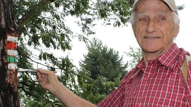 Jiří Rohlík je značkařem na turistických trasách už přes padesát let.