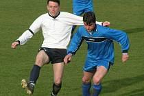 Fotbalisté Horních Počapel (v modrém) vstoupili do odvet domácí výhrou nad Botafogem Mělník (4:1).