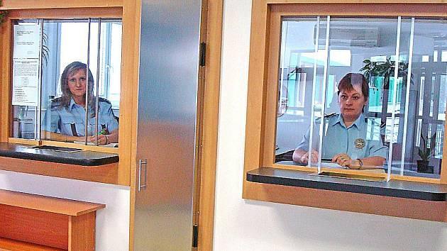 NA DRŽITELE zbrojních průkazů čekají v Mělníku už dvě úřední okénka.