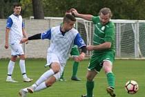 Fotbalisté Sokola Tišice (v zeleném) v 7. kole okresního přeboru ztratili nadějně rozehraný zápas se Slovanem Horní Beřkovice, hosté nakonec vyhráli 5:2.