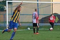 Fotbalisté Byšic (modrožluté dresy) ve své podzimní domácí premiéře porazili Holubice 3:1.