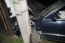 v Auto, v němž cestovali čtyři cizinci, narazilo do sloupu.