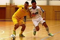 MĚLNICKÝ OLYMPIK (ve žlutém) čekal od prvoligového týmu FC Démoni Česká Lípa (v bílém) lepší výkon. Česká Lípa oproti tomu věděla, že Mělnické nesmí podcenit.