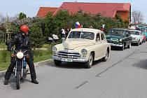 Ve Zlosyni a ve Veltrusích pálili čarodějnice jako ve většině obcí v celém regionu. Ve Zlosyni si ale připravili ještě navíc ve sváteční den prvomájový průvod s historickými vozidly.