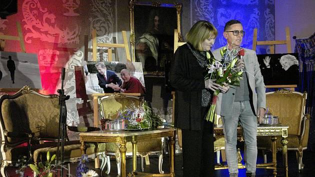 Víkendové oslavy k třicátému výročí sametové revoluce zakončil v neděli na mělnickém zámku koncert legend české populární hudby.
