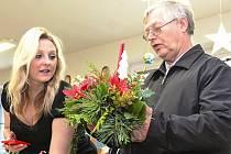 Výstava květin a květinových vazeb v Domě dětí a mládeže v Neratovicích nabídla i ukázku tradičních řemesel.