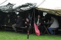 Deštivý sraz vozíků s přívěsnými vozíky ve Lhotce u Mělníka.