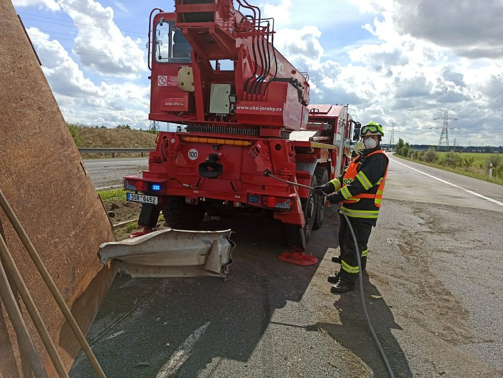 Dálnici D8 zablokovala nehoda kamionu a dodávky.
