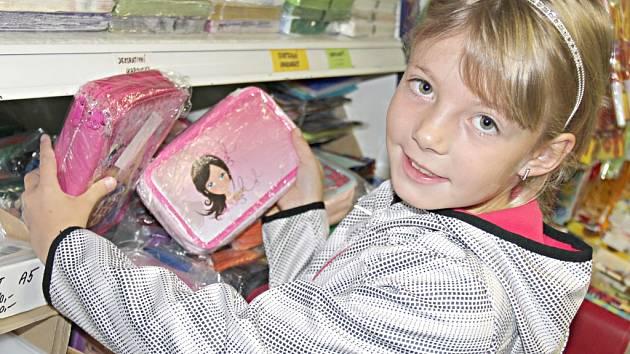 Budoucí třeťačka Michalka si přála třípatrový penál v růžové barvě. Za ten její maminka Lucie zaplatí zhruba tři sta korun.
