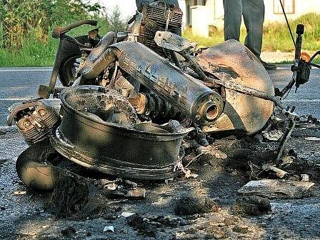 Nehoda vypadala hrozivě. Ohořelé torzo motocyklu napovídá, že pokud by byl někdo v blízkosti výbuchu, nepřežil by.