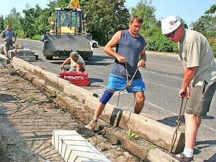 Jedním z právě opravovaných povrchů je chodník v Zádušní ulici, kde vzniká zámková dlažba.