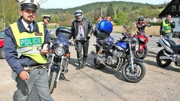 Nedělní odpoledne – obce Tupadly a Chudolazy: policisté kontrolovali jednoho motorkáře za druhým.