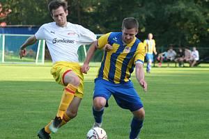 Fotbalisté Byšic (v modrožlutých dresech) porazili na vlastním hřišti Holubice 3:2 a po čtyřech kolech stojí v čele své skupiny I. B třídy.