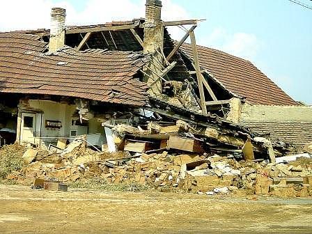 Otřesný pohled na polorozpadlé domy se naskytl každému, kdo po velké vodě projel vsí. Lidé přesto zůstali obci věrní.