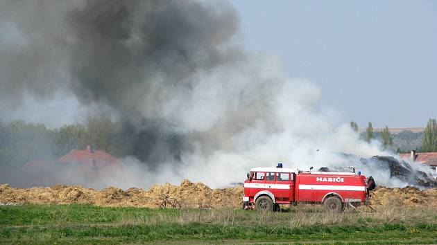 PLAMENY ZACHVÁTILY dva a půl tisíce balíků slámy. Hustý kouř, který se valil ze spáleniště, obtěžoval obyvatele Záryb a okolních obcí ještě včera v odpoledních hodinách.