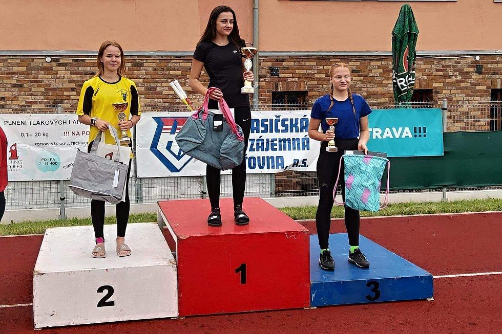 Johanka Vaculíková (uprostřed) po vítězství v Českém poháru v běhu na 100 m s překážkami v Ostravě 2020.