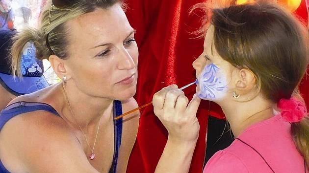 Malování na obličej.