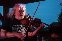 V pátek 16. července na letní scéně před šemanovickou hospodou Nostalgická myš vystoupil houslista Jan Hrubý se svou kapelou.