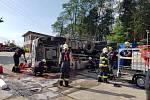 Jednotky Hasičského záchranného sboru Mělník a Sboru dobrovolných hasičů Mělník Blata vyjely ve středu odpoledne k převrácenému nákladnímu automobilu na boku, ve kterém byl uvězněný řidič.