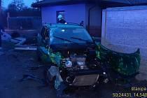 Náraz auta do betonového plotu v Neratovicích 16. dubna 2021.