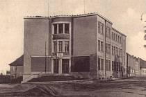 V současné budově na rohu Nové a Tyršovy ulice sídlí  mělnická pošta od roku 1937, kdy byla otevřena 28. října.