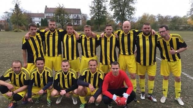 Jedenáctka Sokola Všetaty před jedním z podzimních zápasů ve čtvrté třídě.